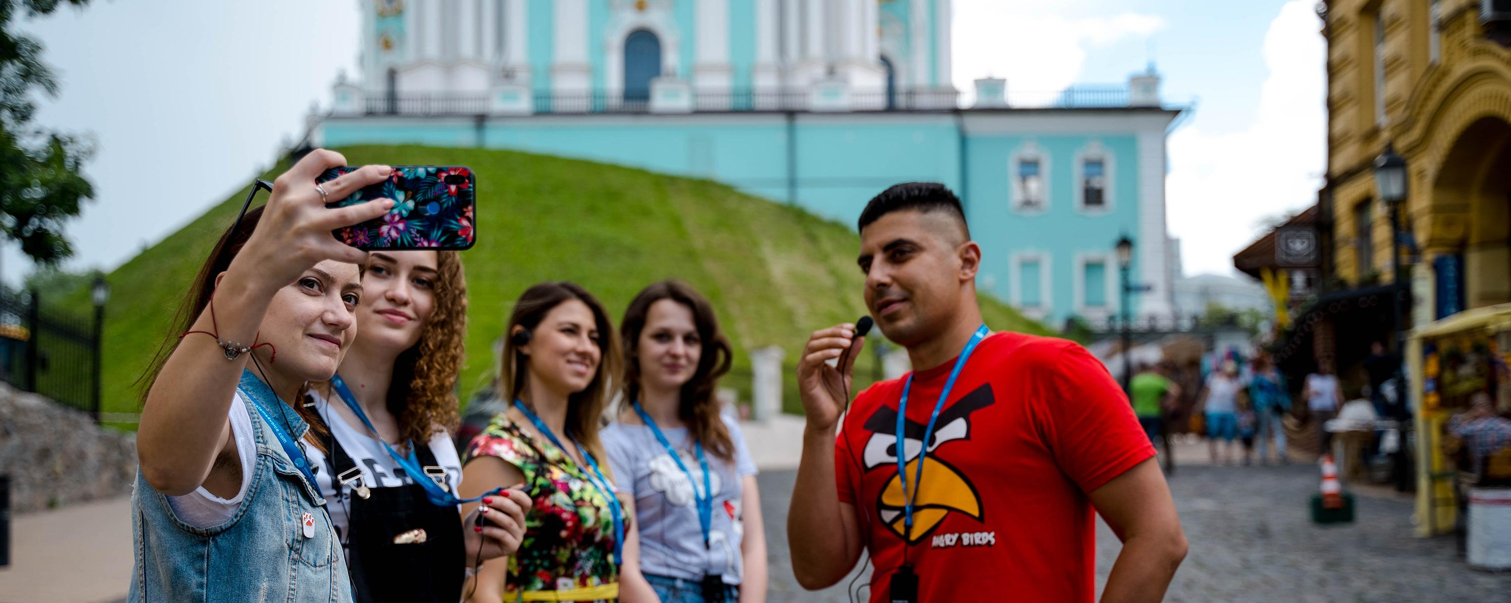 tourist_group_with_audio_guides